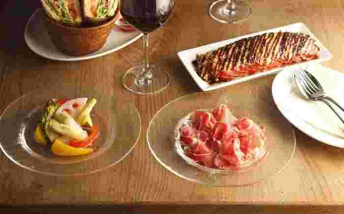 パスタや前菜など食欲をそそるメニューがズラリ。