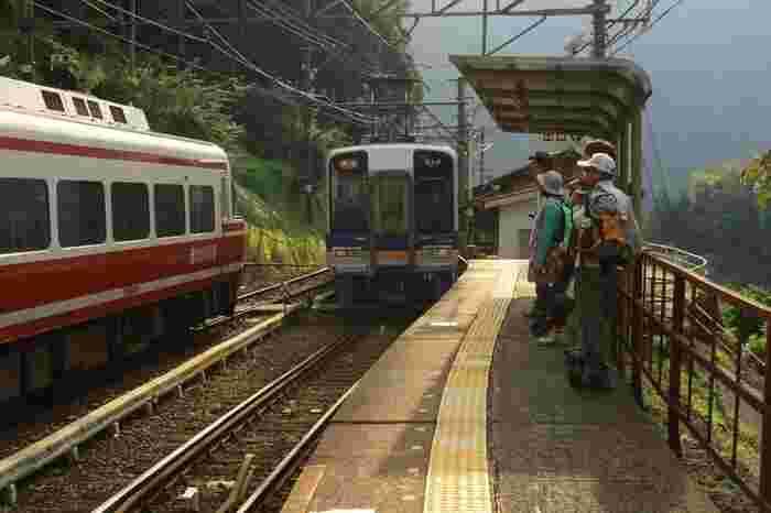 上古沢駅は、紀伊山地にある数々の名峰への登山拠点となっています。通勤客は少ないものの、駅ホームは登山客で賑わいます。