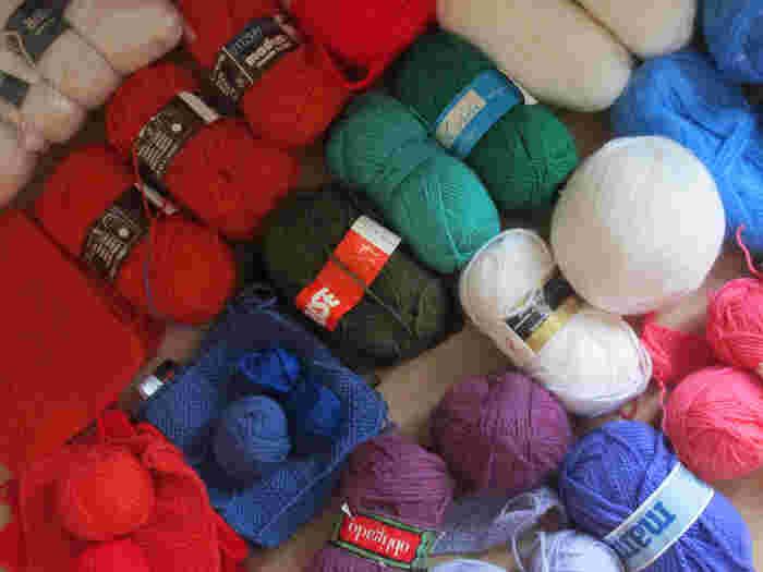 アクリルたわしには、毛糸はアクリル100%のものを選びましょう。汚れ落ちが良く、使った後の水切れにも優れています。 100円ショップにも色とりどりのアクリル毛糸が揃っているのでぜひ探してみて下さいね。