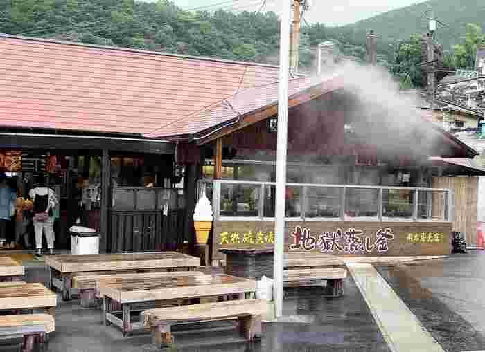 「友永パン屋」から車で30分程、名物の地獄蒸しプリンがあるのが「岡本屋」です。蒸気を利用した温泉地ならではのプリンを楽しむことができます。
