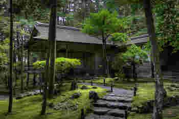 世界遺産に登録されている西芳寺。 苔寺としても有名なこのお寺には、美しい苔を見るために海外から様々な人が訪れています。 石畳と苔。 しっとりとした雰囲気の素敵なお寺です。