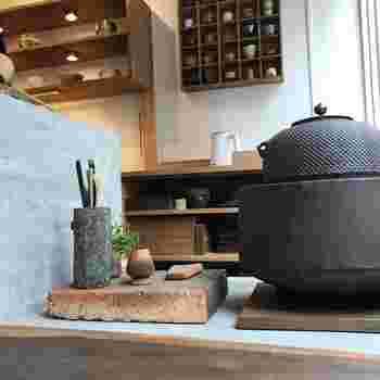 スペースの半分はカフェ、半分は陶器のギャラリーとして常にこだわり抜いた現代陶芸作家の器が展示され、割れや欠けてしまった陶器の修理などもおこなっています。