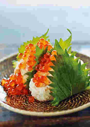 生鮭や塩麹などの調味料とともに炊き込んだご飯でおにぎりを作り、いくらをたっぷり。なんて贅沢な炊き込みおにぎり!メイン級の存在感を持つ主食ですね。