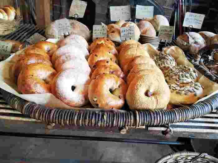 時期や時間によっては、店内に並ぶパンを購入することもできます。お店にある「石窯」でこんがり焼かれるパンはどれも絶品で、ハード系のパンからベーシックな食パン、甘い系のマフィンなどどのジャンルのパンも評判が良いです。一度食べればまた訪れたくなるパン屋さんですよ。