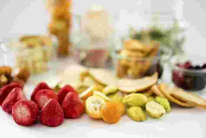 福井県福井市にある食品メーカー「フルコレ」は、国内外から厳選した安全で安心なフルーツを、ハンドカットの前加工から袋詰めまで、ひとつひとつ丁寧に手作業で、独自の製法によりフリーズドライにしています。しかもそれぞれのフルーツの色や香り、かたち、栄養素はそのままで水分だけを除去しているので、美味しさもそのまま。