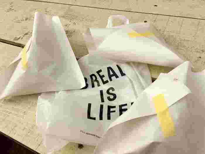 「BREAD IS LIFE!」はこのお店のコンセプト。  エコバックを持参すれば、次回から5%引になるのだそう。おしゃれなだけじゃないエコな姿勢も素敵。