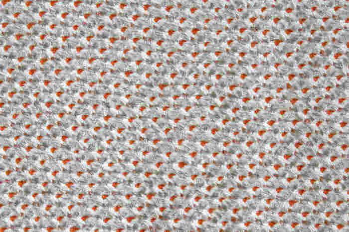 表地は絹100%の絞り染めです。絞り染めならではの立体感と絹の艶が高級感を与えています。裏地も絹100%で、艶やかな手触りの生地が用いられています。