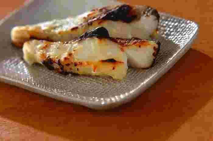 西京みそ・酒・みりんで作った合わせ味噌をタラに塗り、一晩漬けこんで香ばしく焼いた「白身魚の西京みそ漬け」です。味噌と魚の旨みがギュッと凝縮した西京みそ漬けは、白いご飯はもちろんのこと、お酒との相性も抜群。魚のみそ漬けは初心者には難しそうなイメージがありますが、コツをつかめば自宅でも簡単に料亭の味が楽しめますよ。