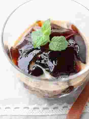 ぷるぷるした涼しげなコーヒーゼリーは入れる器にもこだわりたいですよね!お気に入りのグラスに入れたり、厚みのあるガラスの器に入れたり・・・。真っ白なカップに入れるのもお洒落です♪