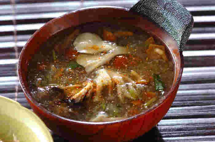 冬が旬の大根は、冬場に何かと役に立つ野菜。そんな大根をたっぷりおろして加えたのが「みぞれ汁」です。ナメコも具材にして、とろとろのもったりとしたお味噌汁に。ゆっくり飲めば、体が芯から温まりますよ。