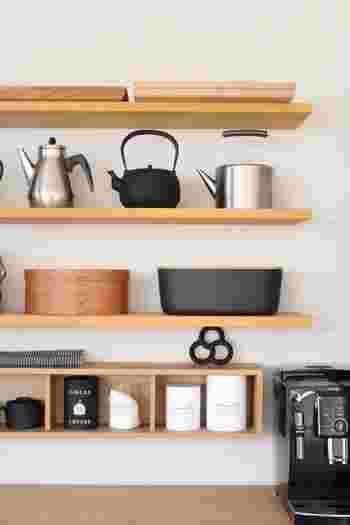カフェ風キッチンでよく見られるのが、壁に造り付けた棚。木材と金具を組み合わせれば、誰でも簡単に飾り棚を作る事が出来ます。最近では100均でもDIY用品が売られているので、チャレンジしやすくおすすめです。