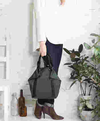 こちらはリュックサックとしても使える、2way仕様のナイロントートバッグです。白トップス×デニムのナチュラルコーデに、ちょっぴり変形型のバッグを合わせることで、ナイロン素材が軽く見えないのがポイントですね。