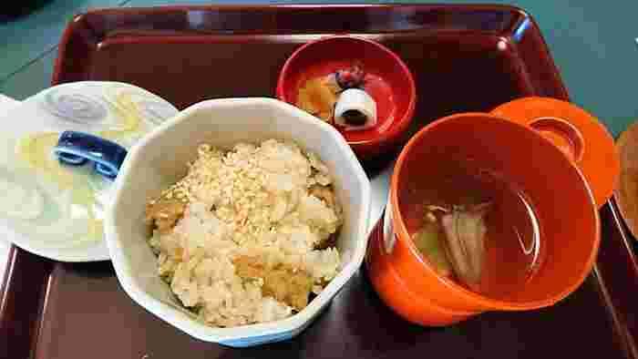 ゴマ豆腐、和え物、天ぷらなど、お肉や魚を使わないながらも食べ応えのある精進料理が提供されています。出汁なども椎茸やコンブの出汁が使われ、ボリュームもある満足感の高い精進料理を味わえるお店です。