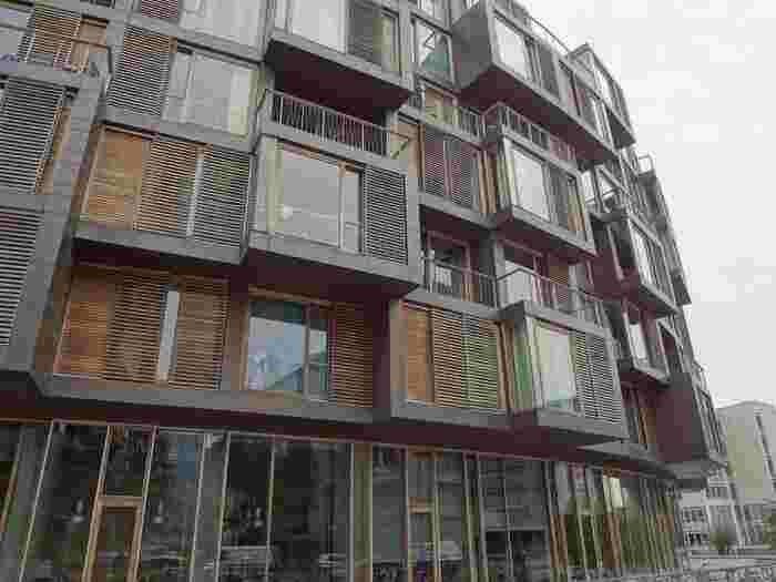 一体何の建物なの?と興味が湧きますね。これは現在、大学の学生寮として使用されており多くの学生がこの寮で暮らしています。こんなにおしゃれな寮に住むことができるなんて……羨ましすぎます!