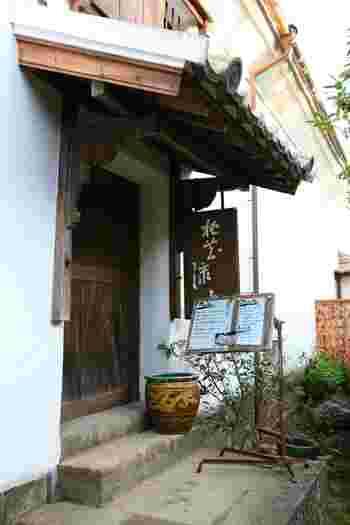 江戸時代から造り酒屋として財を築いた帆足本家の歴史的建築物を活用した「帆足本家 富春館」。館内にはレストランやカフェ、ギャラリーなどが入っており、様々な楽しみ方ができます。なかでも明治時代の蔵を利用した「カフェ 桃花流水」は、おしゃれでごはんが美味しいと評判なんです!