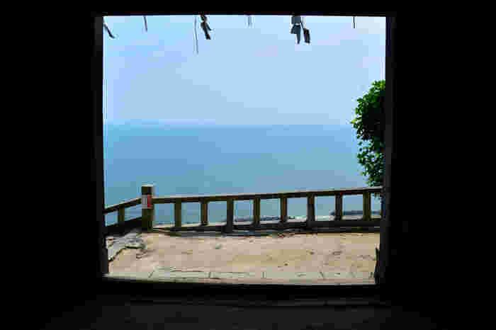 「一の門」からの眺め。駿河湾、 伊豆半島、御前崎が一望できます。空と海の淡い境目が、階段をのぼった疲れと汗を吹き飛ばしてくれるよう。いつまでも眺めていたくなる絶景です。