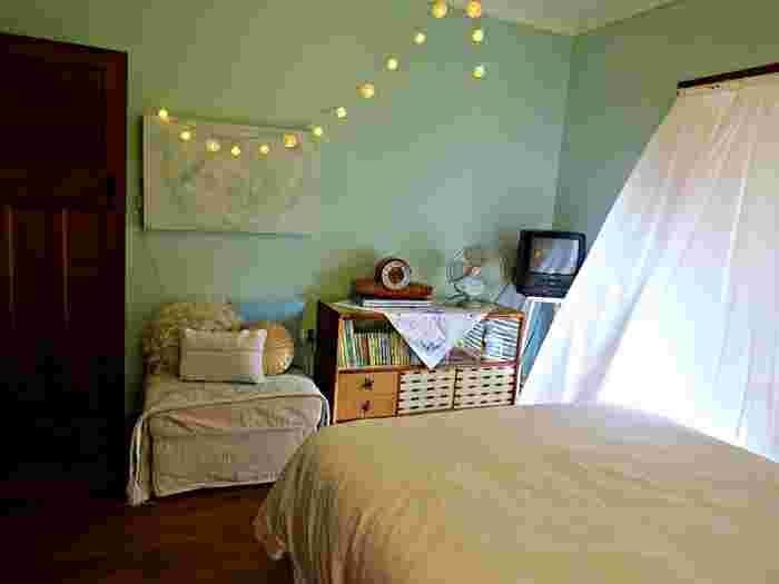 天井から壁の空間はどんなに狭い部屋でもたっぷり空いているはず。デッドスペースを上手く利用した可愛いライティングが、サーカスのような楽しい雰囲気を部屋に与えています。