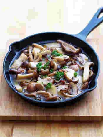 カロリーが気になるという方は、キノコで作るアヒージョはいかがでしょうか。キノコを組み合わせることで香り高くなるので、お肉がなくても満足感が得られます。