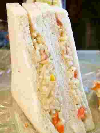 お店の一番人気「白スパサンド」は、細かく刻まれたスパゲッティサラダのサンド。マスタードが効いたマヨネーズで味付けしてあります。