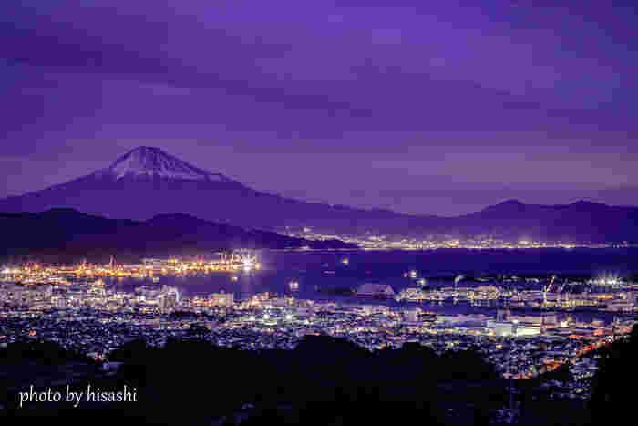 日本平は、夜景が美しいことでも有名で日本夜景遺産に認定されています。眼下に広がる市街地に煌めく無数の灯りは、まるで地上に舞い降りた星々のようです。