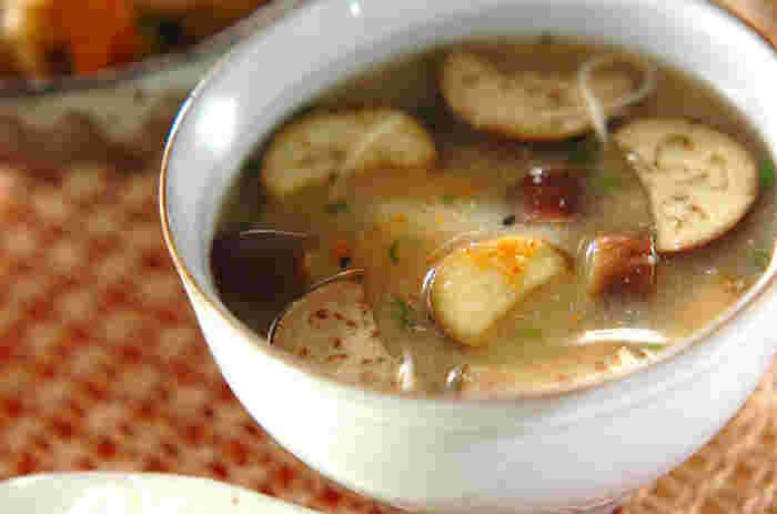 お馴染みのお味噌汁に、素麺をプラス。一緒にゆでるので、とろりとして腹持ちもアップ。夜食にも良いですね。