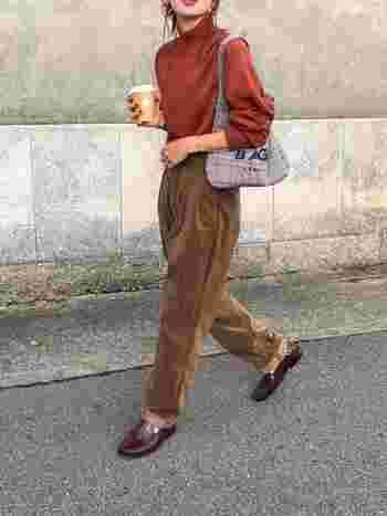 季節感を出したいという方におすすめなのがブラウンのコーデュロイパンツ!穿くだけで一気に秋冬モードが到来。ベーシックなカラーだけでなく、オレンジやグリーン、ブルーなどどんなカラーとも相性抜群なので着回し力も高いですよ。チェックアイテムや革靴などのアイテムを合わせたマニッシュコーデも様になります。