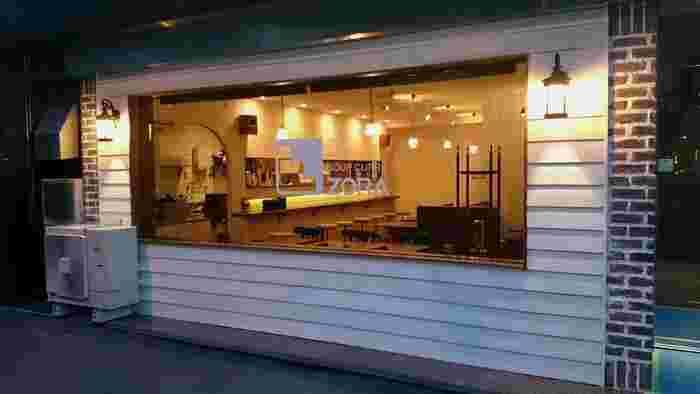 地下鉄「西8丁目」駅のそば、大きな窓がカフェのようなおしゃれなお店。11:30~21:00まで通し営業なので、ランチ・ディナーの時間がズレたときにも入りやすいですよ。