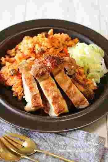 和のイメージの炊き込みご飯に野菜ジュース!?炊飯器の中がオレンジ色でちょっと不安になりますが、炊きあがりはほんのり中華味でとっても美味しいんです。焼き付けたジューシーな鶏肉も食欲をそそります。