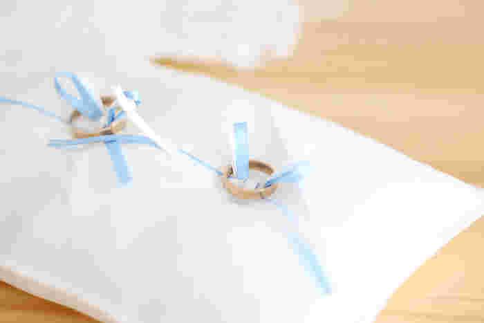 こちらは、シンプルで上品なリングピローの作り方です。白いハギレを使っていますが、ハギレやリボンの柄を変えれば、さまざまな雰囲気にアレンジできるでしょう。長方形の本体にあらかめじ蝶々結びにしたリボン縫っていきますが、手順さえ押さえれば手軽に作れます。プレゼントにもおすすめ♪
