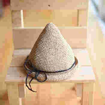 エコアンダリヤの飾り紐も可愛らしいとんがり帽。おしゃれなだけじゃなく個性的で着こなしのアクセントになってくれそうです。