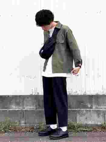 メンズコーデにウエストバッグを取り入れる場合は、前斜め掛けのスタイリングが定番となっています。ミリタリーシャツと黒のワイドパンツに、黒のウエストバッグをオン。キレイめカジュアルなコーディネートに仕上がります。