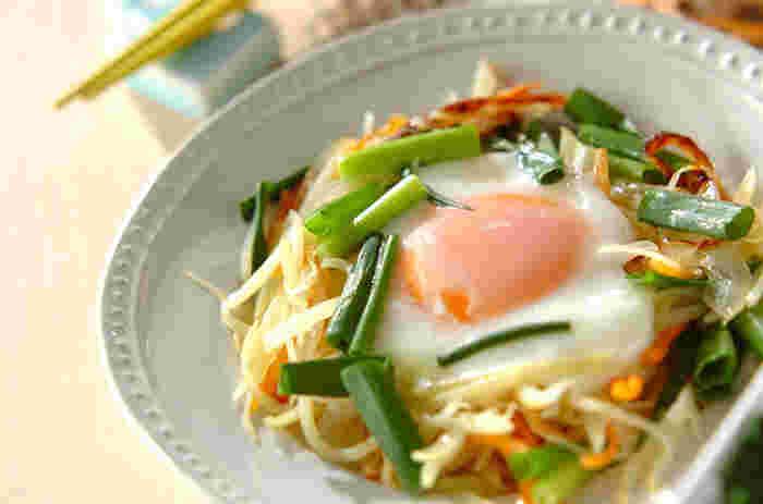 半熟たまごをくずしながら、じゃがいも、玉ねぎ、人参、細ねぎと絡めていただく「巣ごもり卵」。残り野菜で作ってもいいですね。