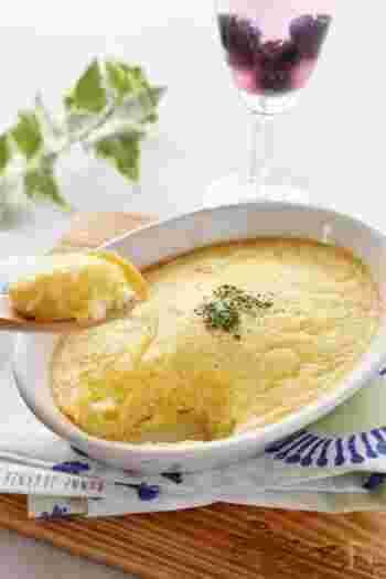 1人分が、卵とジャガイモそれぞれ1つずつでできてしまう簡単レシピです。ふわふわのスフレにするために、すりおろしたジャガイモが入っています。