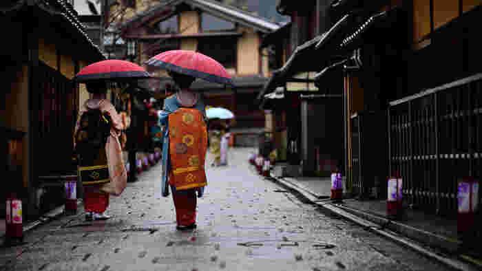 テレビCMでも有名な京都の桜と紅葉。絶品の抹茶スイーツや、かわいくてほっこりする雑貨店。歴史ある神社仏閣や、風情ある街並み。京都の魅力は日々新しくなり、一度訪れると虜になってしまう方も少なくありませんよね。次はいつ行こうかなという方も多いのではないでしょうか♪今回は、おすすめの観光スポットとモデルコース、季節の服装や地元ならではの情報をご紹介します。