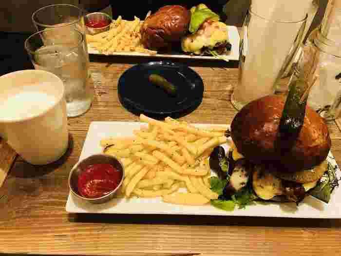 ハンバーガーは本場の味。ポテトもたっぷりで、お腹いっぱいになりそうです。ヴィーガン向けのメニューもあるので、ボリュームもヘルシーも選べます。