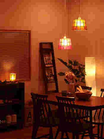 カピスという貝を使ったペンダントライトです。ほどよい透け感が、部屋の雰囲気をガラリと変えてくれます。高さを変えて並べるのもおすすめです。