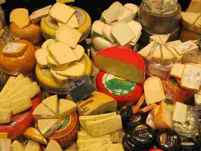 チェダーチーズやゴーダチーズなどはセミハードチーズという種類で、作る過程で重しをして水分を38~46%まで減らしたものです。ちょっと香りがありますが、プロセスチーズの原料になっているので食べなれた味に近いです。