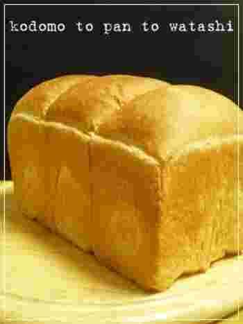 強力粉と準強力粉を合わせた粉を使ったハードトースト。型に入れて焼き上げた食パンは、まるでお店のよう。堅めのクラストがたまりません。