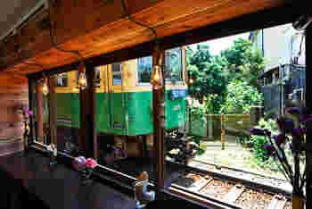カウンター席の大きな窓の向こうにあるのは…江ノ電の線路と鎌倉の日常風景。ガタゴト通る電車を、間近で体感することができる特等席です。