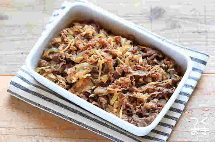 煮る前に、牛肉を一旦湯通しすることで、アクやくさみが取れて美味しく仕上がります。白いご飯にのせれば、牛丼の出来上がり!お好みでポーチドエッグや温泉卵をトッピングしても美味しいですよ。
