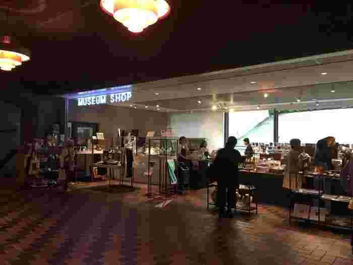 東京都美術館を訪れた人々が旅人となって世界のアートを旅する、というコンセプトの元に作られた「ART VIA TOKYO(東京経由、アート行き)」のオリジナルグッズから輸入アート商品まで、おみやげはもちろん自分用にもぴったりの身近にアートを感じることができる楽しい商品がいっぱいです!