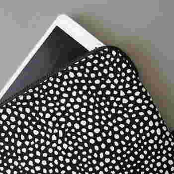 フリーハンドで描いたかのような優しげなドットが印象的な「HAY」のタブレットケース。これがあれば画面の保護はもちろん、持ち運び時も安心です。洋服にも合わせやすいモノトーンのドットは、悪目立ちせずお洒落なデザインなので、一石二鳥です。