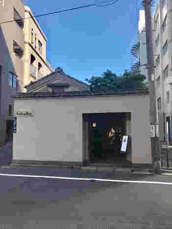 浅草橋の駅から隅田川沿いに5分ほど歩くと、ビルの合間に凛とした外観の建物が目に留まります。「lucite gallery(ルーサイトギャラリー)」は、昭和初期の流行歌手・市丸姐さんのお屋敷をリノベーションし、2001年に骨董店としてオープンしました。格式高い花街だったこの周辺の面影を今も感じますね。