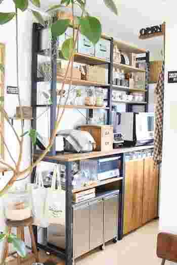 棚の下やシンク下などにぴったり収まるのが気持ち良いですね♪一見ゴミ箱に見えないので、おしゃれなキッチンを目指す方におすすめです。写真のようにナチュラルなインテリアにも馴染みますね。