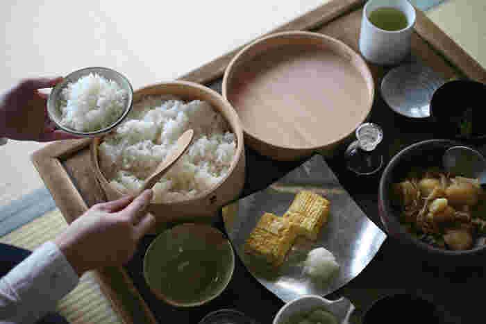 天然杉を使用した栗久の美しい「おひつ」は、和の食卓にぴったりのアイテムです。おひつを使うことで炊き立てのご飯の粗熱や余分な水分が取り除かれて、ふっくらと美味しいごはんを味わうことができます。また、杉の殺菌効果によりご飯が傷みにくくなり、より長く美味しさを保てるという嬉しい特徴も◎。昔の人の生活の知恵から生まれた素敵なおひつを、日々の食卓に取り入れてみませんか?