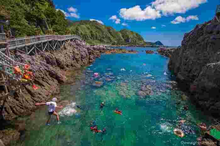 びっくりするくらい海底まで透き通ったエメラルドグリーンの赤崎遊歩道は、神津島に行ったら絶対立ち寄りたい場所。 遊び心満点の木の遊歩道から、そのまま跳び込んだりシュノーケリングやダイビングを楽しむことが出来ます。 透き通るような海の奥には、カラフルな魚がいっぱいいます!
