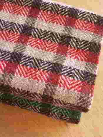 こちらは、自分で染色した羊毛で糸を紡ぎ、手織りされた作品。 材料から作る完全オリジナルな作品は、手作りのあたたかみがたっぷりつまっています。