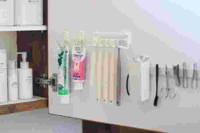 使う場所が決まっているものは分散させず、手が届く範囲にまとめておくのが便利な収納の基本です。洗面収納の扉を使って歯ブラシや衛生用品をこんなふうにマグネットで並べれば、見やすい上に洗面スペースの節約もできますね。