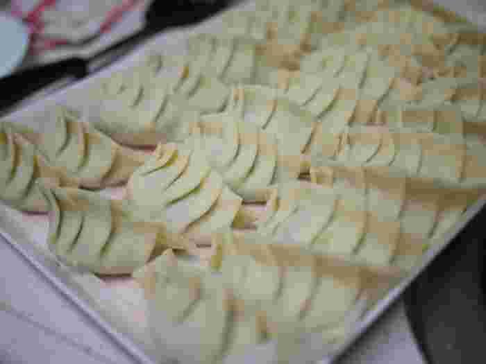 空気を抜くように丁寧に包んだ餃子も、とってもジューシー。バターナイフなどでタネを押し付けるようにのせて、タネを巻き込むように包めば、ぴったり密着して美味しくなります。