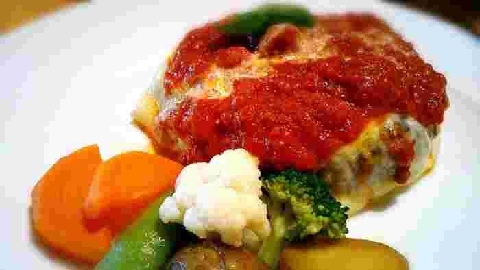 お肉がおいしいと評判のランチは「チーズハンバーグ」など数種類。丁寧に焼き上げたハンバーグと付け合わせのお野菜、どちらも上品な味付けです。